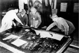 Het inpakken van het Gentse altaarstuk. De man met de N van Navy op zijn uniform is monumentenofficier George Stout die aanvankelijk in de marine gediend had (Bron: U.S. National Archives)