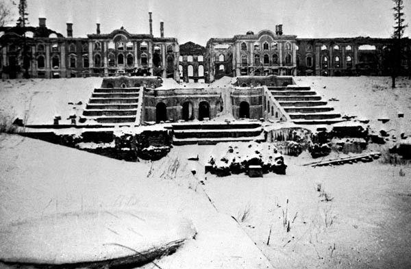 De Peterhof door Duits vuur in puin geschoten, 1944 (Museum Geelvinck)