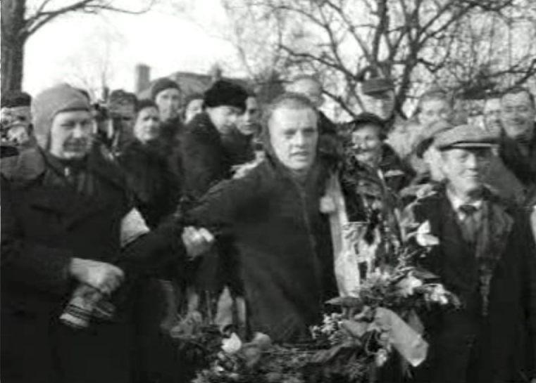 Jeen van den Berg als winnaar van de Elfstedentocht 1954