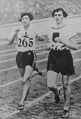 Lina Radke (links) was de eerste Olympisch kampioen op de 800 meter.