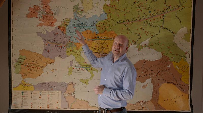 Diederik van Vleuten bij de kaart van Europa (NTR/VPRO)