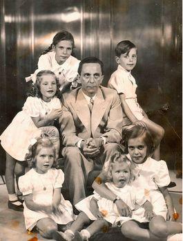 Joseph Goebbels met zijn zes kinderen (spiegel.de)