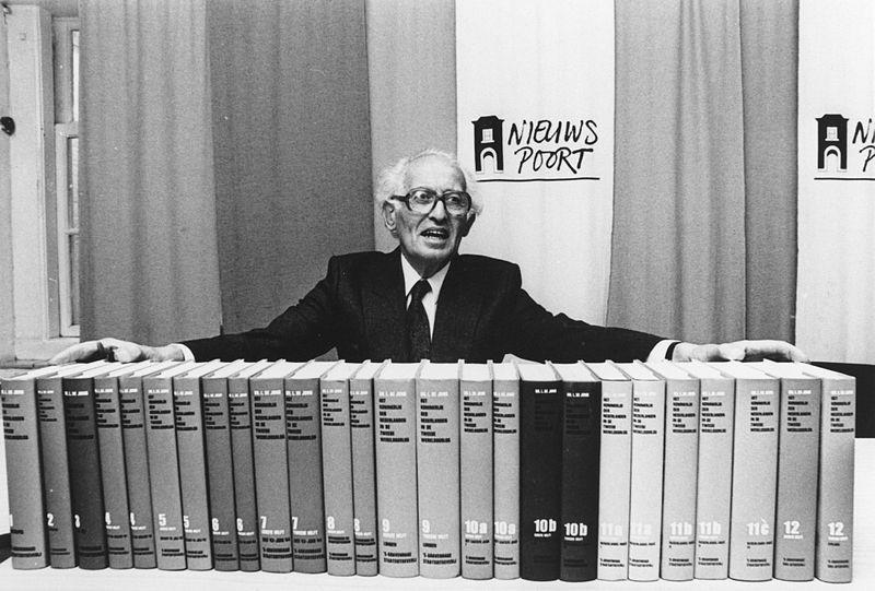 Loe de Jong met de complete serie 'Het Koninkrijk der Nederlanden in de Tweede Wereldoorlog' - NIOD
