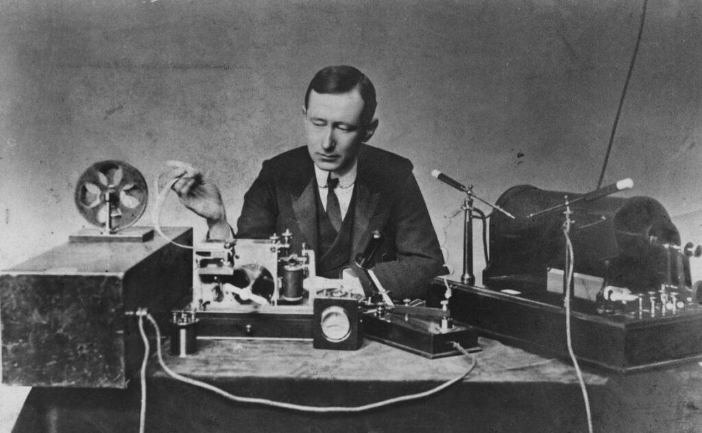 Marconi achter zijn zender, 1901