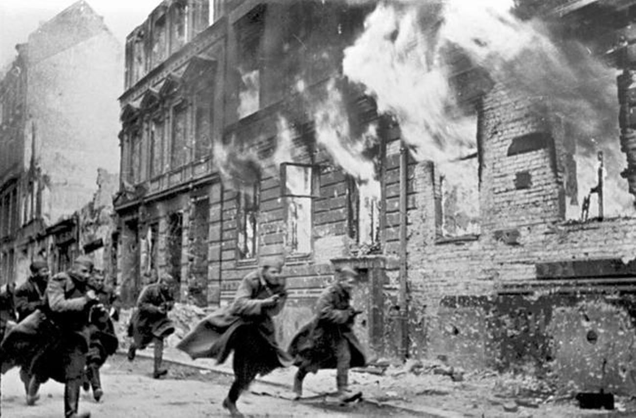 Soldaten van het Rode Leger tijdens de Slag om Berlijn. Gedurende de laatste dagen van de strijd gingen de dokters in het Joodse hospitaal dapper door met het behandelen van patiënten.