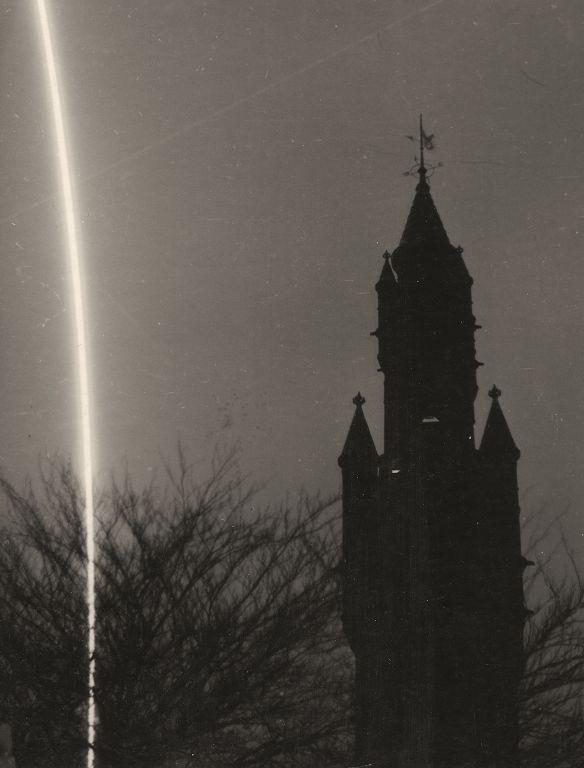 Spoor opstijgende V2-raket - Vredespaleis, december 1944 (Berssenbrugge, HHM)