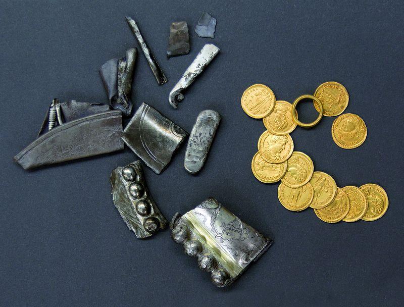 Overzicht van de goudschat van Echt bestaande uit een ensemble van munten, een ring, een zilverbaar en fragmenten van zilveren vaatwerk. Foto Limburgs Museum