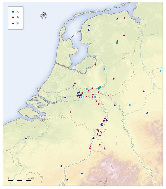 Verspreidingskaart van goudvondsten uit de late 4e en vroege 5e eeuw in Nederland. a. schat met gouden sieraden; b. losse munt; c. muntschat