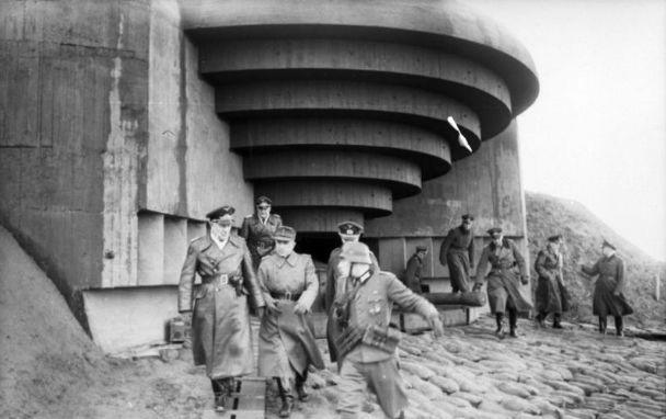 Inspectie van een bunker aan de Atlantikwall - Bundesarchiv