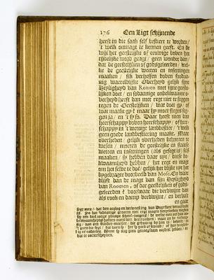 """Een van de twee enig overgebleven exemplaren van het manuscript van 'Een Ligt schijnende in Duystere Plaatsen', """"gedrukt voor den schrijver, 1668'', dat wordt bewaard in het 'Huis van het Boek'; het Haagse museum Meermanno."""
