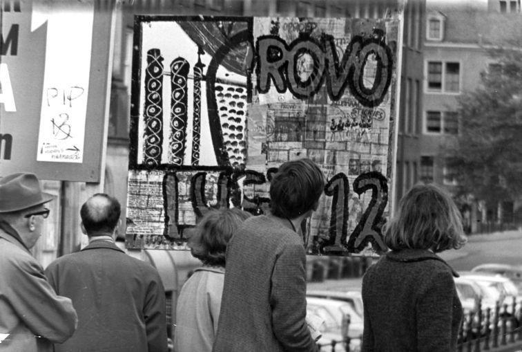 Het eerste verkiezingsbord van de Provopartij te Amsterdam, 8 mei 1966 - CC / Nationaal Archief