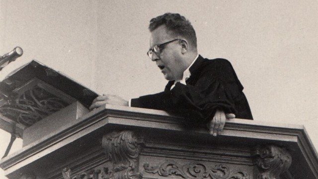 Ds F.E. van der Zee in volle actie op de kansel. Egmond aan Zee, begin jaren '60. De preekstoel is versierd met het wapen van West-Friesland.