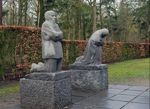 Het 'Treurend ouderpaar' van Kathe Kollwitz bij de 22.000 graven op de Duitse begraafplaats van Vladslo.