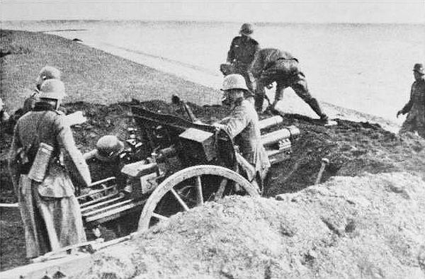 Duitse artillerie op de IJsselmeerdijk (foto: strijdbewijs.nl)
