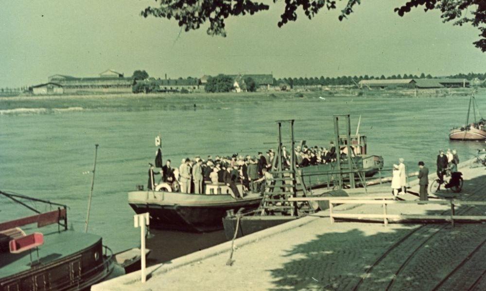 Veerboot die de verbinding verzorgt tussen de noordelijke Rijnkade en Arnhem-Zuid. De Nederlanders hadden de Rijnburg tijdens de inval van de Duitsers opgeblazen. (Gelders Archief 1560-1696)
