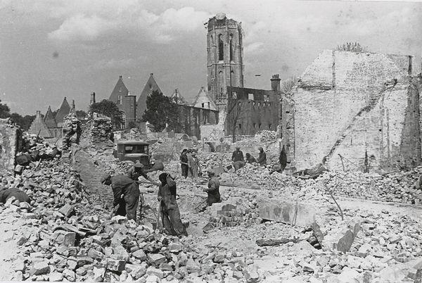 Vanwege instortingsgevaar werd na de stadsbrand direct begonnen met het omver trekken van de muren. Wat overbleef was een troosteloze vlakte met puin. (Collectie ton Goossens)