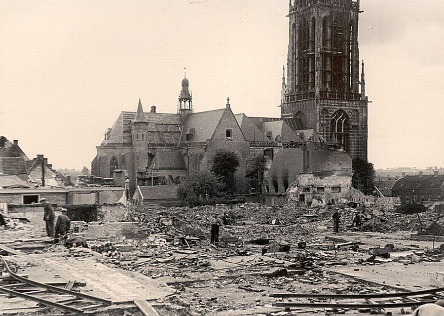 Verwoestingen in Rhenen (foto: grebbeberg.nl – collectie J.F.D. Bruinsma)