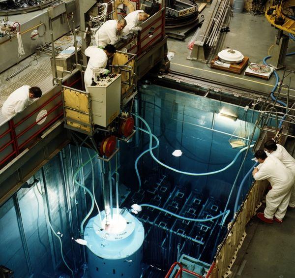 Kleurenfoto van een deel van de reactor van de Kerncentrale Dodewaard (2001)