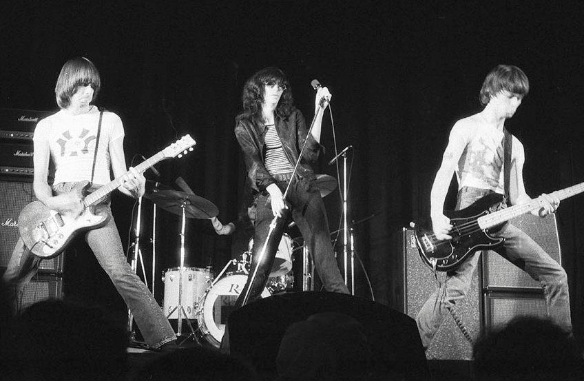 Ramones (live in Toronto, 1976. Van links naar rechts: Johnny, Tommy, Joey en Dee Dee Ramone) - CC BY-SA 3.0/wiki/Plismo