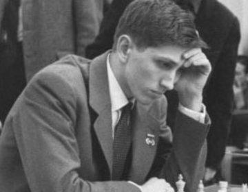 Bobby Fischer in 1960 tijdens de Schaakolympiade in Leipzig (CC BY-SA 3.0 de - Karpouzi - wiki)