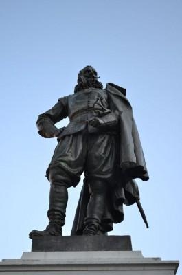 Nadat het standbeeld van Jan Pietersz Coen in 2011 door een ongeluk van zijn sokkel viel, organiseerde het Westfries Museum een expositie in de vorm van een rechtszaak over deze beruchte Gouverneur-generaal (foto H.M.D. Dekker).