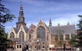 De Oude Kerk gezien vanaf de Oudezijds Voorburgwal - cc