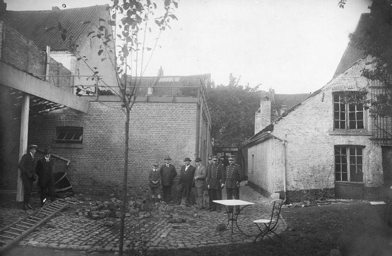 De schade van de Britse bom achter een woning aan de Brusselsestraat in Maastricht (Foto uit het boek)