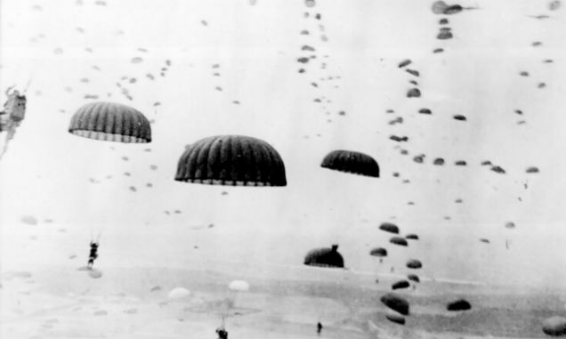 Parachutisten tijdens operatie Market Garden (Publiek Domein - wiki)