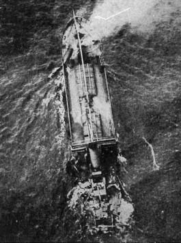 Brits schip dat zinkt na een aanval van een Duitse onderzeeboot