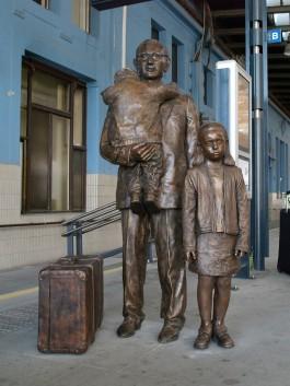 Gedenkteken van Nicholas Winton in het station van Praag, 2009 - cc