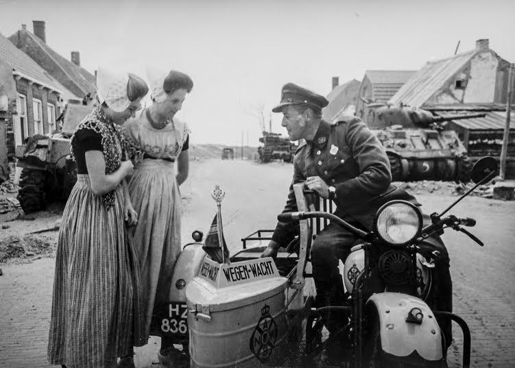 De Wegenwacht in actie net na de oorlog (foto: archief Wegenwacht/ANWB )