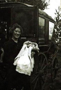 De moeder van Wilma van Cruysen liep, hoog zwanger, 10 kilometer naar een kraamkliniek, bij gebrek aan vervoer.