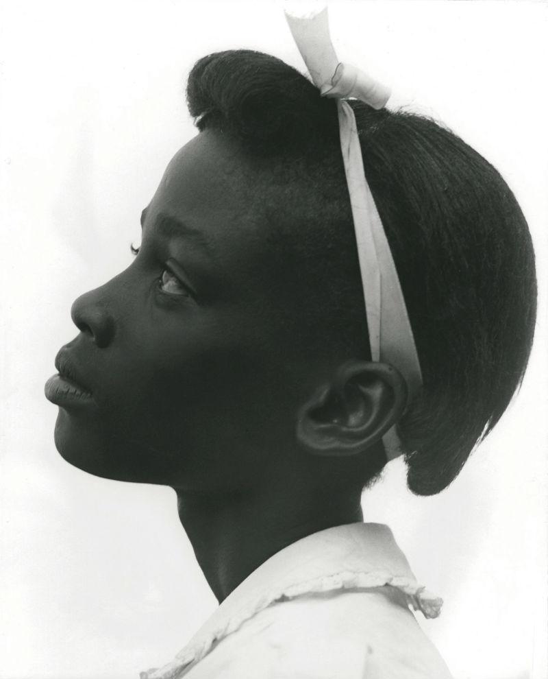 Consueolo Kanaga, Jeune fille de profil, 1948 © Consuelo Kanaga. Courtesy of Howard Greenberg Collection