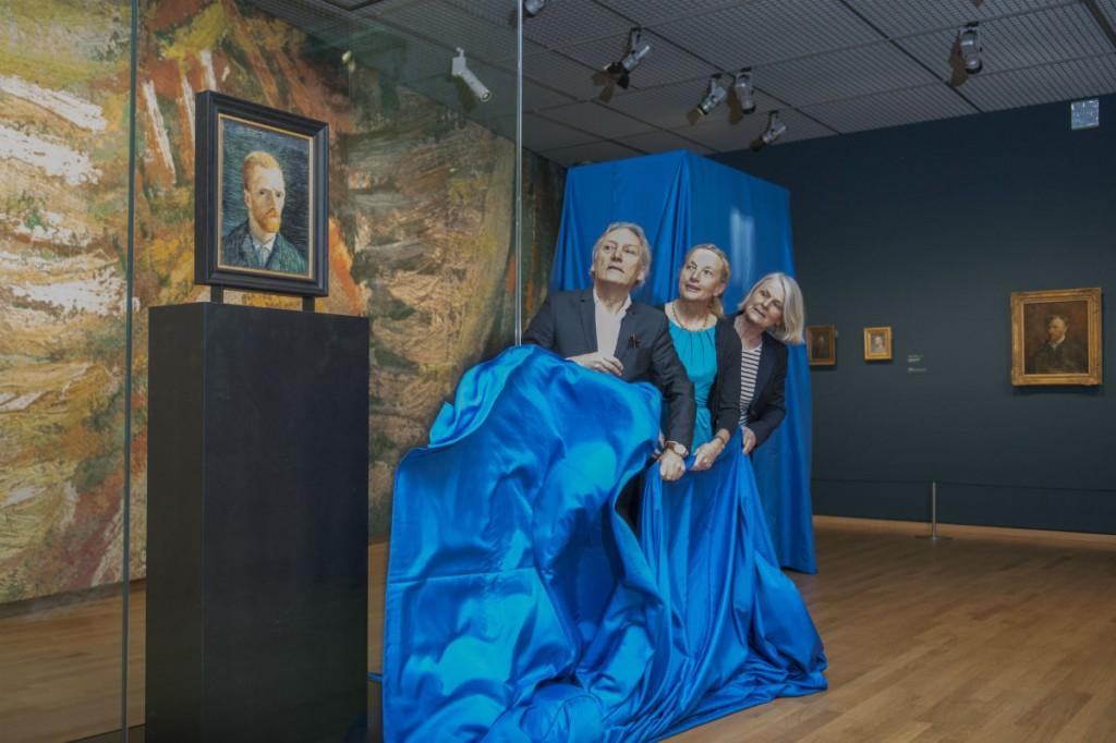 Onthulling van een portret van Van Gogh door familie van de kunstenaar (Jan Kees Steenman / VGM)
