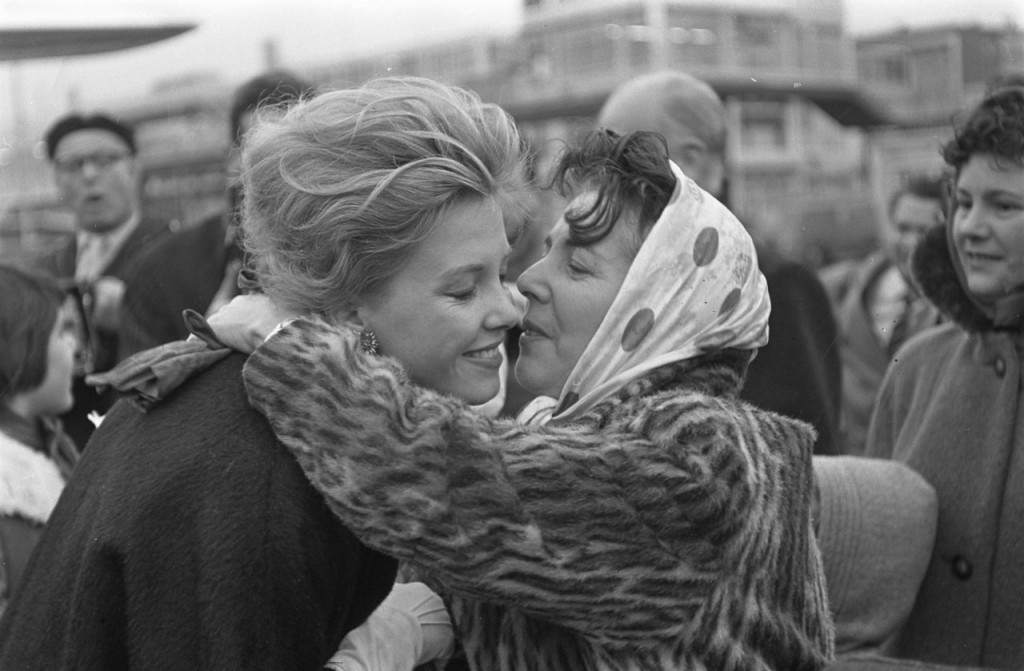 De kersverse Miss World wordt op Schiphol onthaald, november 1959