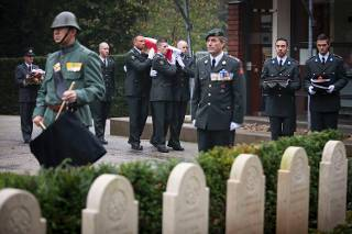 Militairen van 103 Verkenningseskadron Huzaren Prins Alexander uit 't Harde dragen korporaal Spandonk naar zijn laatste rustplaats. (Defensie)