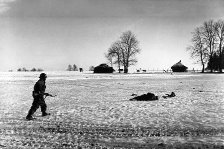 Bastogne, 23 december -  heldere hemel (foto Frank Capa)