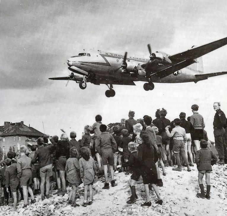 Berlijners kijken toe hoe een C-54 landt op vliegveld Tempelhof, 1948. © US Air Force