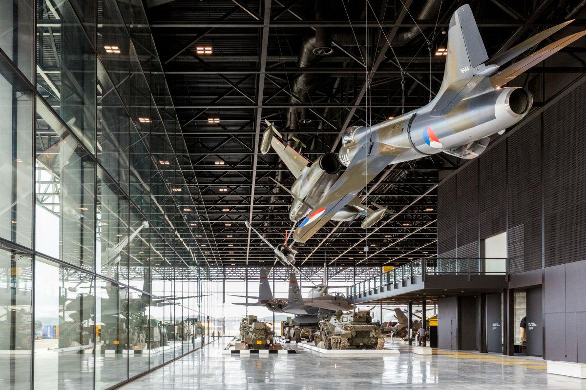 Vliegtuigen en tanks in het Arsenaal (NMM)