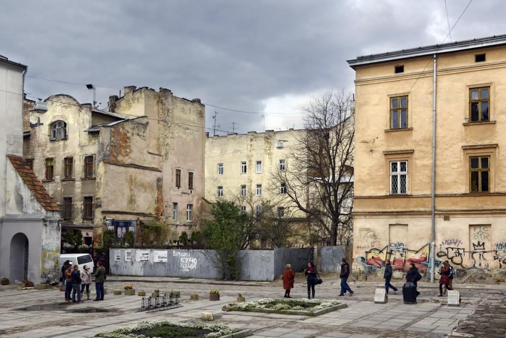 De lege plek in de stad waar eens de Gouden Roos synagoge stond. (Lviv, stad van paradoxen)