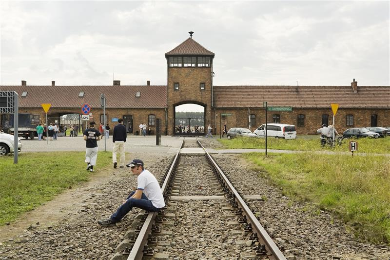 Het poortgebouw van vernietigingskamp Birkenau. © Hans Citroen