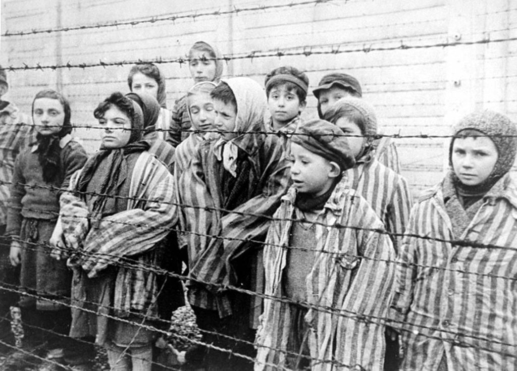 Jonge overlevenden van de Holocaust, kort na de bevrijding van Auschwitz, januari 1945 (cc - USHMM)