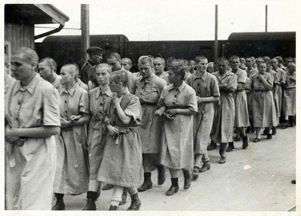 Kaalgeschoren vrouwen na de ontluizing (Auschwitz Album, mei 1944)