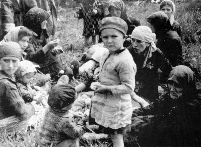Kinderen en moeders kort na aankomst in het kamp (Auschwitz Album, mei 1944)