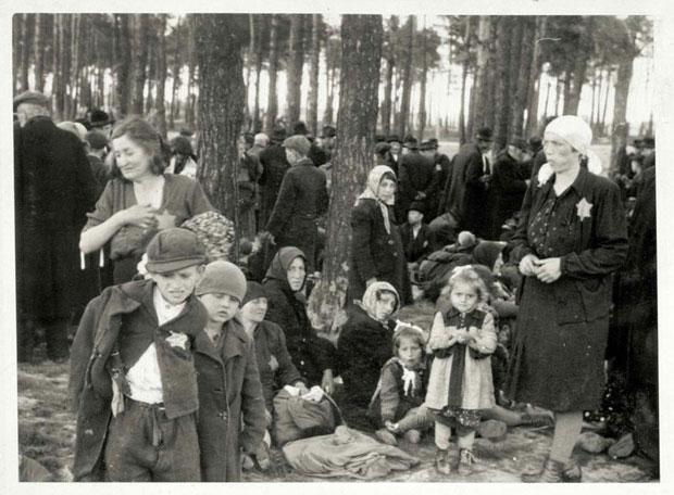 Kinderen en volwassenen die niet fit genoeg werden geacht om te werken, kort voordat ze vergast worden (Auschwitz Album, mei 1944)