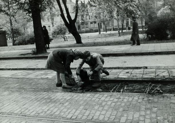 Kinderen roven houtblokjes van tussen de tramrails tijdens de Hongerwinter (cc- Nationaal Archief)