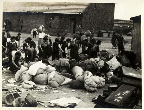 Selecteren van de bezittingen, onder toezicht van SS'ers (Auschwitz Album, mei 1944)