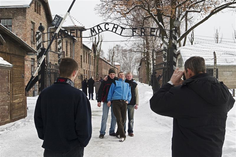 Toeristen voor de ingang van het hoofdkamp van Auschwitz. © Hans Citroen