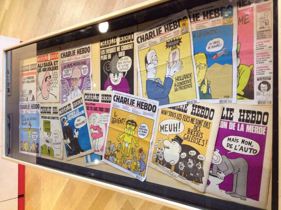 Vitrine met voorpagina's van Charlie Hebdo (Persmuseum)