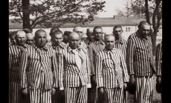 Voor dwangarbeid geselecteerd mannen na de ontluizing